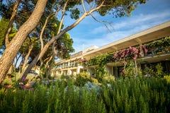 旅馆庭院和大阳台 免版税库存照片