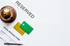 旅馆总台有预约表格白色背景顶视图 免版税库存照片