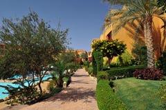 旅馆手段的美丽的在传统阿拉伯样式的庭院和大厦 手段建筑学在埃及 库存图片