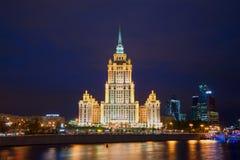 旅馆拉迪森皇家旅馆(前乌克兰)的看法, 9月夜 莫斯科俄国 免版税库存图片