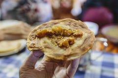 旅馆早餐是土豆与roti的咖喱汤在锡金,印度 库存照片