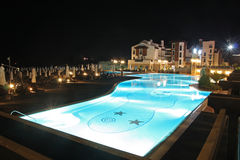 旅馆晚上池游泳 免版税库存图片