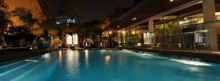 旅馆晚上池 库存图片