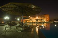 旅馆晚上视图 免版税库存图片