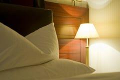 旅馆晚的房间 免版税库存照片