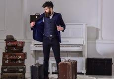 旅馆服务概念 人、旅行家有胡子的和髭有行李的,豪华白色内部背景 强壮男子 库存照片