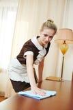 旅馆服务的女服务生 免版税库存图片