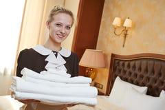 旅馆服务的女服务生 免版税库存照片