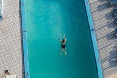 旅馆水池的游泳者从上面 免版税库存图片