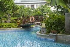 旅馆池、桥梁和庭院,萨尼亚,中国 免版税库存图片