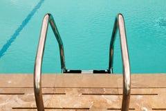 旅馆池台阶游泳 图库摄影