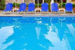 旅馆池游泳 免版税库存图片