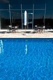 旅馆池游泳 免版税库存照片