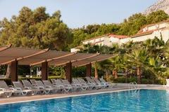 旅馆没有游人的游泳池在土耳其 免版税库存照片