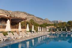 旅馆没有游人的游泳池在土耳其 免版税图库摄影