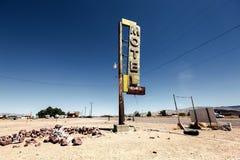 旅馆沿历史的路线66的标志废墟 库存图片