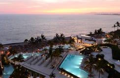 旅馆游泳池周围 免版税库存照片