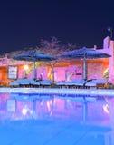 旅馆游泳池在晚上 图库摄影