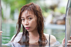 旅馆游泳池松弛假期旅行的亚裔妇女,享用温泉的女孩 图库摄影