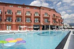 旅馆游泳池边手段 图库摄影