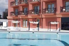 旅馆游泳池边手段 库存照片