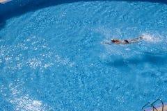 旅馆游泳者 免版税库存照片