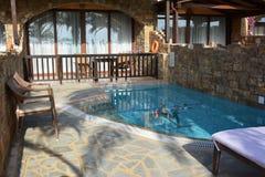 旅馆游廊和游泳池 免版税库存图片