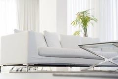 旅馆的客厅的内部 有白色沙发的美丽的客厅 白色概念客厅内部 现代的河床 免版税库存照片