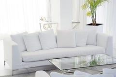 旅馆的客厅的内部 有白色沙发的美丽的客厅 白色概念客厅内部 现代的河床 免版税库存图片