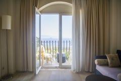 旅馆的室淡色的与玻璃门开放对Th 免版税库存照片
