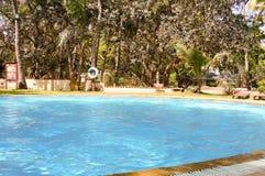 旅馆的游泳池 库存照片