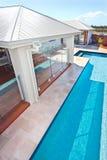 旅馆的现代和豪华游泳池的顶视图或ho 库存图片