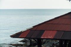 旅馆的落下的红色屋顶在反对天空的亚洲 库存照片
