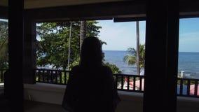 旅馆的阳台的女孩看海 股票视频