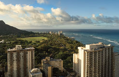 从旅馆窗口的看法在夏威夷、它的街道、旅馆、海浪和海浪城市在背景多云天空 库存照片