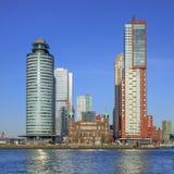 旅馆纽约,蒙得维的亚塔和世界在Kop van Zuid,鹿特丹,荷兰端起 库存照片