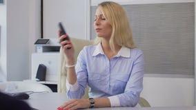 旅馆经理关闭的存放框,谈话与客户,好客事务 股票视频
