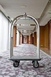 旅馆豪华台车手推车银镀铬物停放了在h的走道 免版税库存图片
