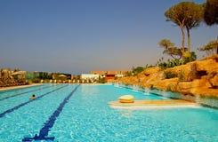旅馆豪华室外池手段游泳 免版税库存图片
