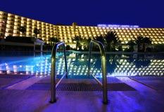 旅馆豪华晚上池 库存照片