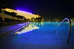 旅馆豪华晚上池 免版税库存照片