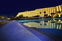 旅馆豪华晚上池 免版税库存图片