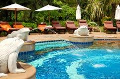 旅馆豪华现代池游泳 免版税库存图片