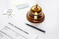 旅馆预订空白和圆环在白色背景 库存照片