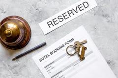 旅馆预订空白和圆环在石背景顶视图 库存照片