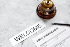 旅馆预订空白和圆环在石背景 免版税图库摄影