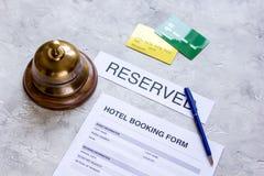 旅馆预订空白和圆环在石背景 库存图片