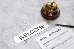 旅馆预订空白和圆环在石背景 图库摄影