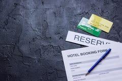 旅馆预订空白和圆环在黑暗的背景 免版税库存图片