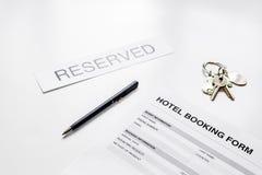 旅馆预订空白和房间钥匙在白色背景 免版税库存图片